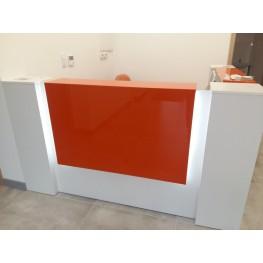 Lada recepcyjna Corner z pomarańczowymi panelami